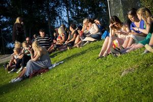 Publiken fick njuta av en solnedgång under blå himmel på Östra berget.