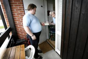 Christer Wallgren lämnar dagens första matlåda till Claire Jansson i Storvik. Han är efterlängtad.