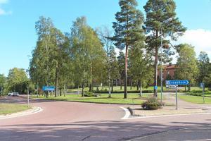 Hoforspolitikerna har sagt ja till att sälja tomten vid E16 och Hagaskolan i februari – men än har kontraktet inte skrivits under.