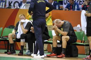 Jim Gottfridsson och Johan Jakobsson deppar efter förlusten mot Polen.