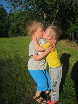 Busungarna William & Wiktor ger varann en stor puss