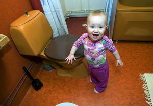 Dottern Tindra var så här liten 2012, när familjen Berglund fick priset för Sveriges fulaste badrum.