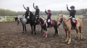 """""""Segern är vår""""! Hofors lag 2 vann även på hemmaplan, genom från vänster Wilma Lindgren/Munsboro Don, Felicia Dilén/Black Jack, Nea Anttila/Eklyckans Pinglan och Wilma Lif/Åvangs Kasmir."""