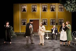 """KÄNDISAR. Johan J:son Ljung, Tierp, (till vänster) spelar en svartsjuk impressario i """"En kvinnas list"""". Med i rollistan finns flera kända skådespelare som Peter Harryson (sittande)."""