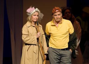 Täljerevyn skildrar Pensionärspartiet, där Sten Lundin (Torbjörn Westerberg) berättar för pensionären (Lotta Köhlin) om varför man måste föryngra.
