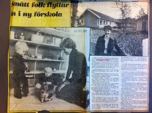 VLT 14 oktober 1977.Bildtexten till bilden till höger lyder så här: Nya förskolan på Viksäng – där Åsa Wernhager är förståndare – är målad i vanligt gul-vitt och har en skyddad innergård där träd sparats.