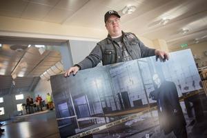 Mats Melins stora dröm är att få spela kriminalinspektör i actionfilmer. Mikael Persbrandt är en stor förebild. Här visar han upp sitt foto från utställningen Ikoner.
