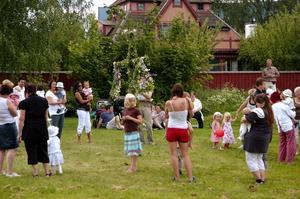Social funktion. Familjecentralen erbjuder mångsidig verksamhet för barn och vuxna och är tillika en plats för intressanta möten mellan olika kulturer. Som avslutning på terminen dansade man ringlekar.
