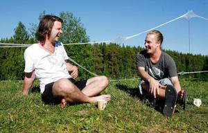 I kväll är Henrik Stålnacke till vänster och Olof Larsson bara publik och kan slappa i solen till skön musik. I morgon är det allvar. Då spelar de ihop i bandet
