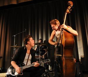 John Lindberg Trio. Lirar på hemmaplan.