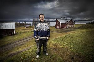 Östen Lundqvist har bott vid Ånnsjöns kant i hela sitt liv. Han har växt upp utan elström och väg. På vintern fick han ta skidorna sex och en halv kilometer till skolan. Han tror att Ånnsjön blivit utvald till en av Sveriges naturpärlor för att de har varit rädd om området.   – Jag äger mycket mark här och jag har inte sålt något för jag vill ha den kvar, säger Östen.