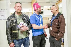 Mathias Abrahamsson, vd för Härjedalskök AB (mitten), välkomnar montörerna Daniel Gustafsson och Mikael Smedberg från Uppsala till 20-årsfirandet i Ljusnedal.
