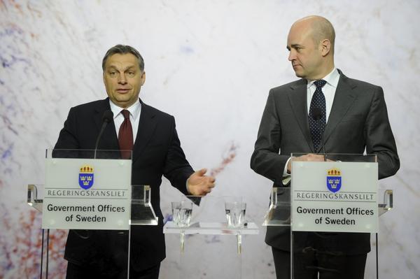 Klarspråk krävs. Moderater som statsminister Fredrik Reinfeldt har legat lågt i kritiken av Ungerns premiärminister Viktor Orban.foto: scanpix