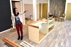 Caroline Kolbert visar upp de nya lokalerna. Mycket återstår att göra men förhoppningen är att allt blir klart i början av april.