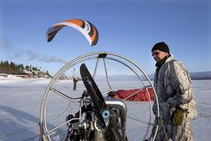 Ulf Losung inspekterar sin motor.