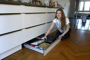 Hemma hos förvaringsproffset Paulina Draganja finns mängder av finurliga lösningar. Att stuva undan saker i själva kökssockeln, är en av dem.   Foto: Janerik Henriksson/TT