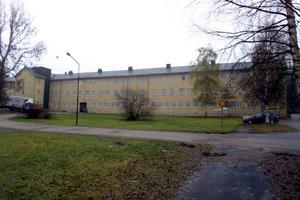 Då: November 2001   När bilden togs i november 2001 så levde Rättspsykiatriska regionkliniken i Sidsjö sina sista dagar. Det eftersom vårdenheten strax därefter flyttades till Nacksta. 1943 invigdes Sidsjöns sjukhus och medvetet så placerades