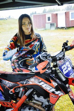 Sofia Grelsson från Njurunda MK kombinerar motocross på hög nivå med gymnastik på hög nivå.