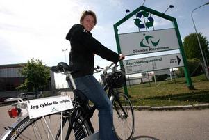 Jill Nyqvist cyklar för miljön. På Gästrike Återvinnare sorterar man inte bara sopor utan resor också.