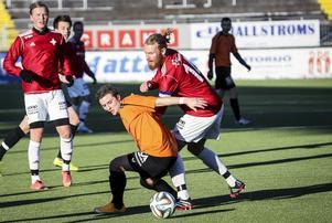 Christoffer Fryklund i en fruktlös brottningsmatch mot Ytterhogdals Jimmy Hartley.