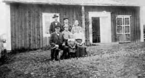 Kristina och Olof Fastesson med sina barn. Nu har deras sonson undersökt olyckan som tog livet av hans farmor och kommit fram till att den enkelt hade kunnat undvikas.