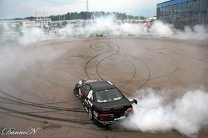 Drifting. Conny Jensen kör så det ryker i samband med en bilutställning på Erikslund den 28 juli.