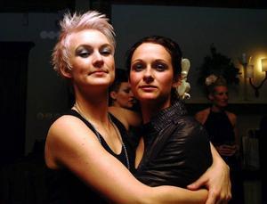 Åretjejerna Helen Andersson och Hedi Wiesner visar stolta upp sina nya frisyrer, Helen i korta blonda lockar, Hedi i vacker håruppsättning. Foto: Elisabet Rydell-Janson