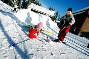 Alva Åsberg lägger sig ner för att vila efter sju varv i skicrossbanan. Att Alva och hennes klasskompis tycker OS-veckan är rolig går inte att ta miste.Foto: Henrik Flygare