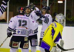 Jubel bland Östersund Hockeys spelare efter att Peter Westin petat in 4–0 i slutet av den andra perioden.                              ÖHC vann matchen med 5–1.  Foto: Johan Axelsson