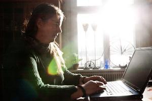 Datorn är ett viktigt redskap för Carolina Visser på Farm Backsjön utanför Sollefteå.