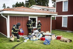 En brand utbröt på söndagseftermiddagen i ett förråd, bara tre meter från en radhuslänga, på Jägmästarvägen i Torvalla.