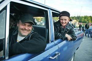 Bengt Erikssons bil är inte hel, så han lånar frugans Dodge Dart. Sonen heter Jesper.