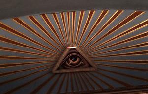 Allseende. Det allseende ögat ska alltid vara upplyst när någon befinner sig i lokalen.