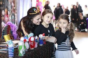 Jasmine, 5, och Diana, 4, var bara två av alla barn som fick träffa Bolibompas programledare Ylva Hällén.