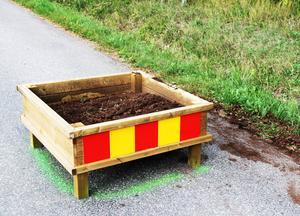 Blommorna är borta efter helgens skadegörelse av farthindren på Tallnäsvägen.