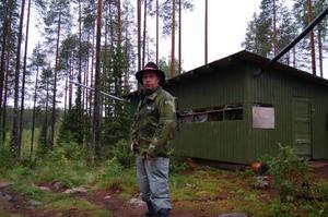 Magnus Pettersen framför ett av safarins olika gömställen.