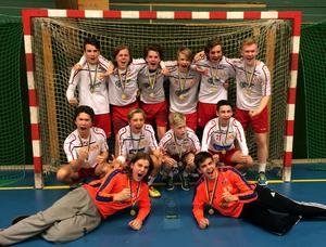 Grabbarna gläds – Maserskolans lag vann guld i tuff kamp mot Skövde.