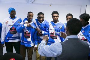 Somalia och Borlänge i en blandning på landslagströjorna. Nu börjar VM.