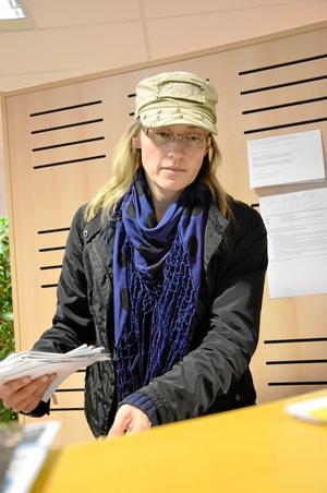 Maria Andréasson sorterar tisdagens postskörd. Det är viktigt att hinna skicka in alla korsordslösningar till Örebro i tid så att alla korsordsfantaster i norra länet får vara med i vinstdragningen.
