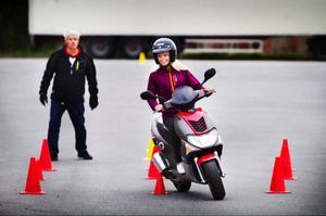 Staffan Sahlin övervakar Tina Sperring när hon kör igenom den övning som kallas för undanmanöver. Hon har valt att ta förarbevis för den så kallade 30-moppen eftersom det bara kostar en tredjedel av förarbeviset för 50-moppe.