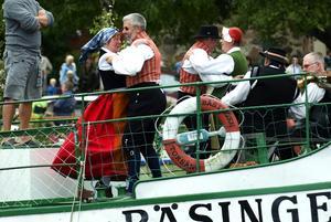 Dans på däck. Det är inte bara runt midsommarstången som det dansades i Torsång utan även på båtdäcket.