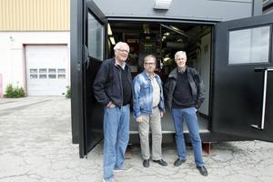 Leverantören Lars-Åke Nyberg, Ljusdal Energis driftsansvarige Håkan Jonsson och verksamhetsansvarig Anders Högberg framför den nya pannan i Färila.