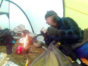 Mat och vila i tältet. Joakim Stigsvala laddar batterierna.