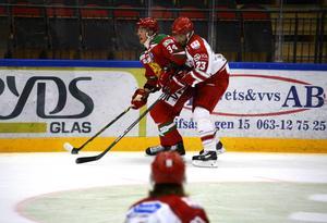 Jeremy Boyce Rotevall, här i kamp med Christoffer Rasch, inledde målskyttet mot Mora när TImrå vann klart i Östersund Cup.