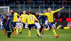 Sverige, med Mikael Lustig längst till höger, jublar efter måndagens VM-avancemang. Foto: TT Nyhetsbyrån.