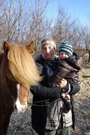 – Sist Katla vaknade var det så här det började, säger Elin Moqvist, som noggrant följer nyhetsrapporteringen tillsammans med sonen Gudmundur Johan.När Elin Moqvist vaknade på onsdagsmorgonen var det i full gång.Vulkanen under glaciären Eyjafjallajökull hade vaknat.