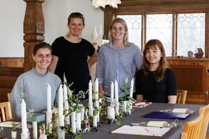 Sophia Moser, Lisa Modin,Linnéa Åkerlund och Tuva Gustavsson från designlinjen har haft uppgiften attsätta ihop kuverten samt skapa rummet med allt som ingår för den totalaupplevelsen.