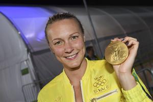 Sarah Sjöström med guldmedaljen efter att ha tagit OS-guld och satt världsrekord i finalen på 100 meter fjäril på Rios olympiska simstadion under sommar-OS 2016.