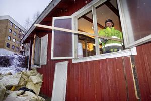 Rolf Nilsson har ett omfattande arbete med att riva ut all inredning i stugan.
