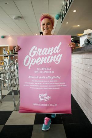 Malin Överby visar upp affischen för helgens Grand Opening på Pink Ladies i Myre.